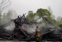 Следователи проверяют обстоятельства гибели трёх человек на пожаре в Маловишерском районе