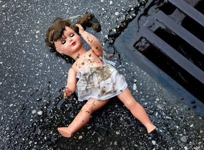 В Парфинском районе 8-летняя девочка провалилась в люк и погибла