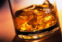 Алкоголь и золотые украшения стали добычей боровичского вора, залезшего в квартиру через форточку