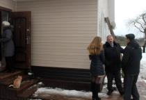 В Волотовском районе прошла проверка дома для переселенцев из аварийного жилья