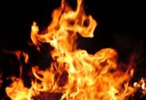 На пожаре в Окуловке сгорел жилой дом и поврежден автомобиль
