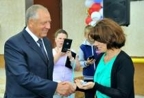 Губернатор Сергей Митин вручил ключи от новых квартир переселенцам из аварийного жилья в Малой Вишере