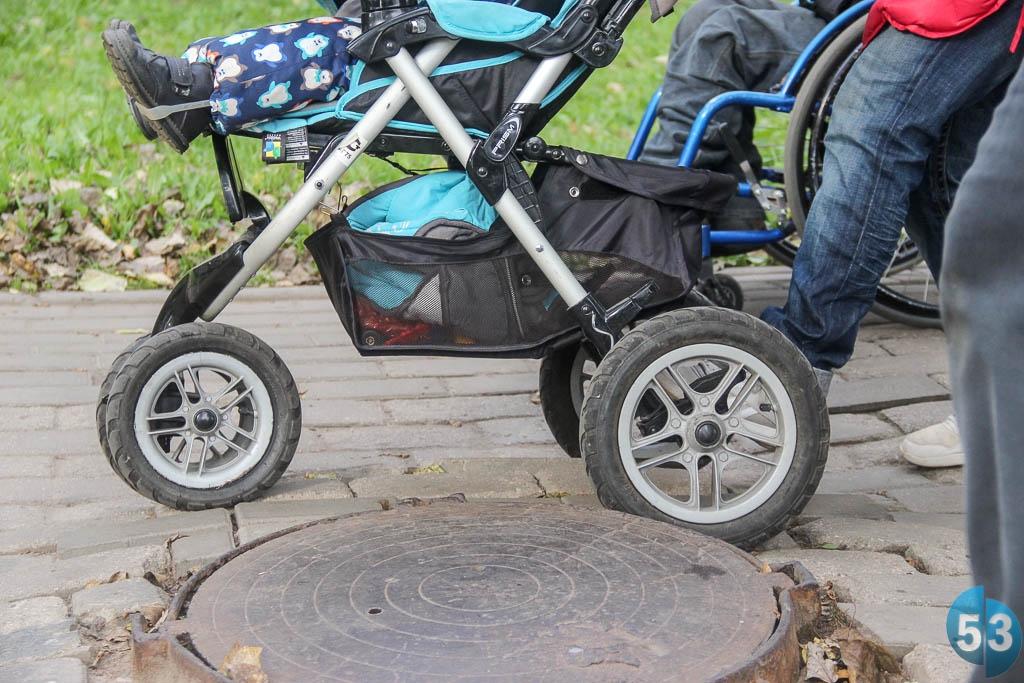 Колёса детских и инвалидных колясок порой застревают в неровностях тротуара