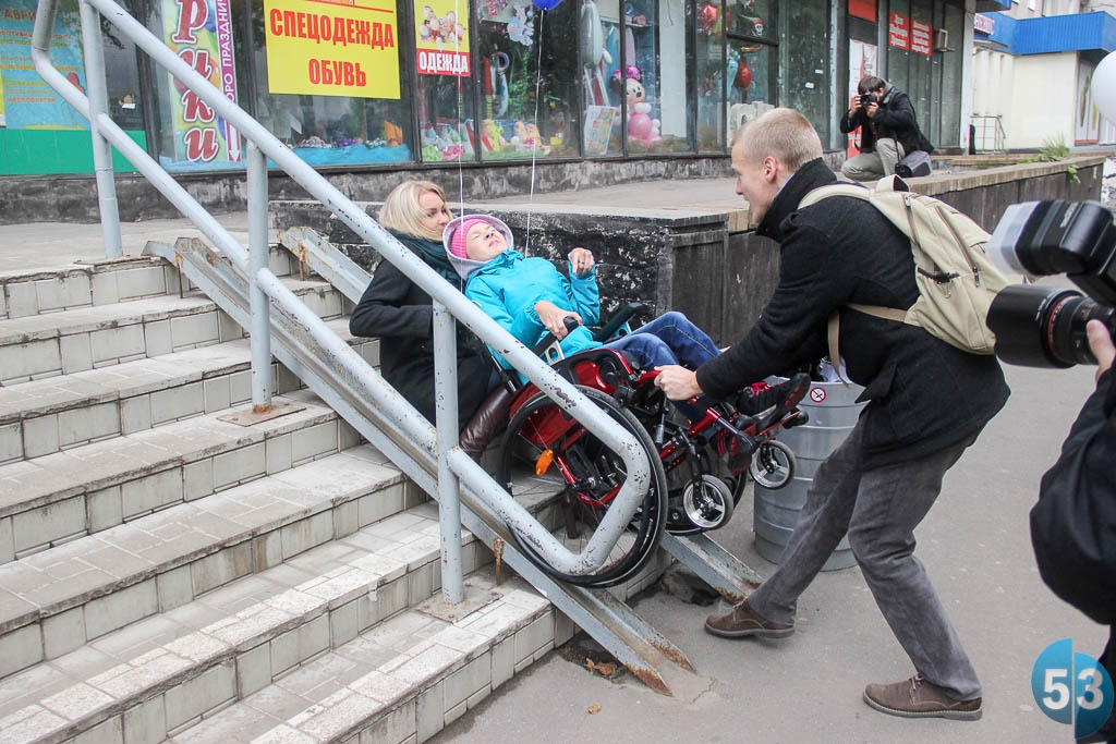 Попытка поднять ребёнка в инвалидном кресле на крыльцо магазина потерпела фиаско