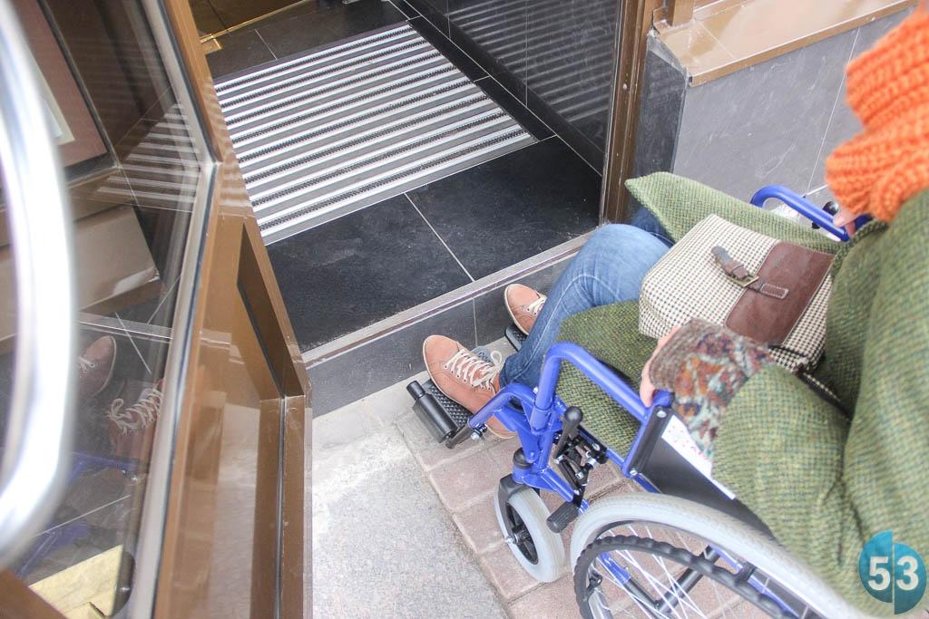 Характерная примета создания доступной среды для галочки: даже если удаётся подняться на крыльцо по пандусу, на входе колясочника всё равно встречает высокая ступенька