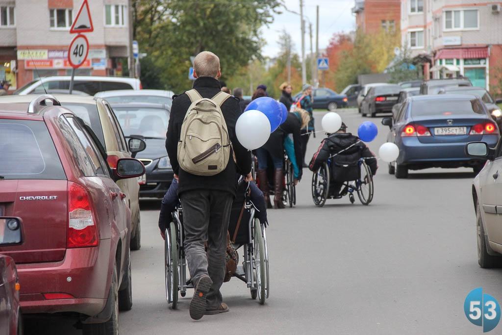 Инвалиды и родители с детскими колясками вынуждены выходить на проезжую часть из-за плохого качества и недостаточной ширины тротуаров