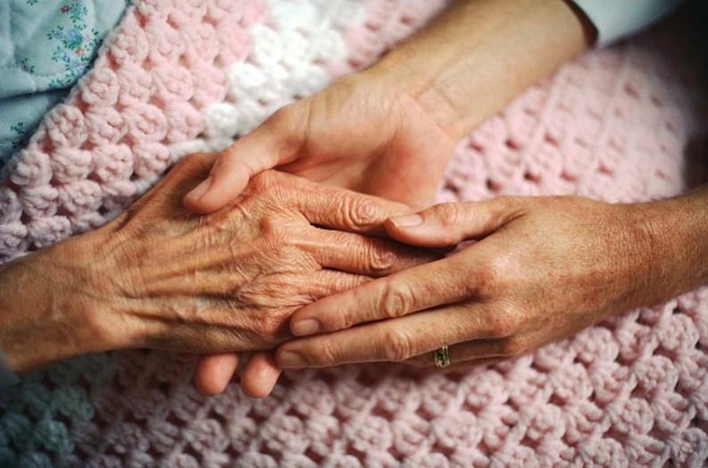 Наш опрос:  большинство проголосовавших считают, что о пожилых должна заботиться семья, а не дом престарелых