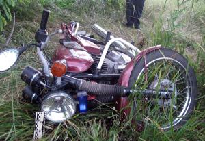 В Боровичском районе мотоциклист без прав и шлема пострадал в ДТП