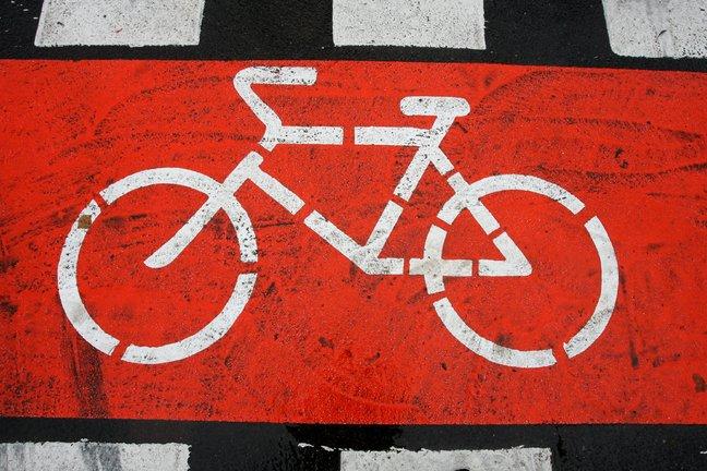 В Великом Новгороде сильно пьяная велосипедистка помяла иномарку