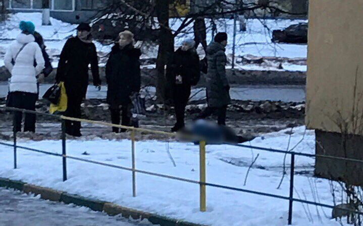 В Великом Новгороде из окна пятого этажа выпал молодой человек