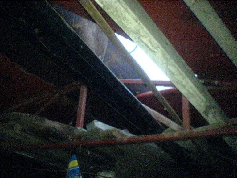 Воры, разобравшие стену гаража в Крестцах, уличены еще в одной краже – мопеда через крышу