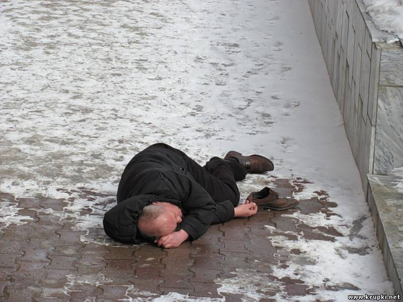 Новгородка на Ford наехала на пьяного мужчину, лежащего на парковке