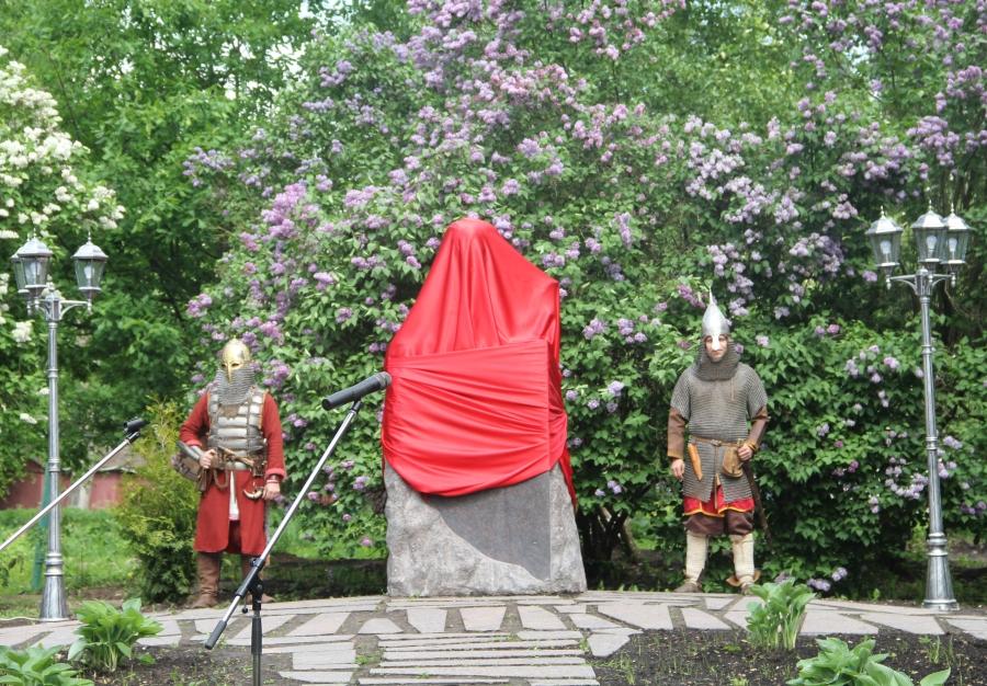 Никитин открыл монумент писателю Балашову вдень рождения Великого Новгорода