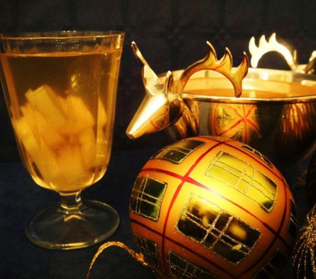 «53 новогодних рецепта»: крюшон с ананасами
