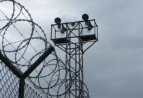В Новгородской области ищут злоумышленников, перебросивших «передачу» на зону