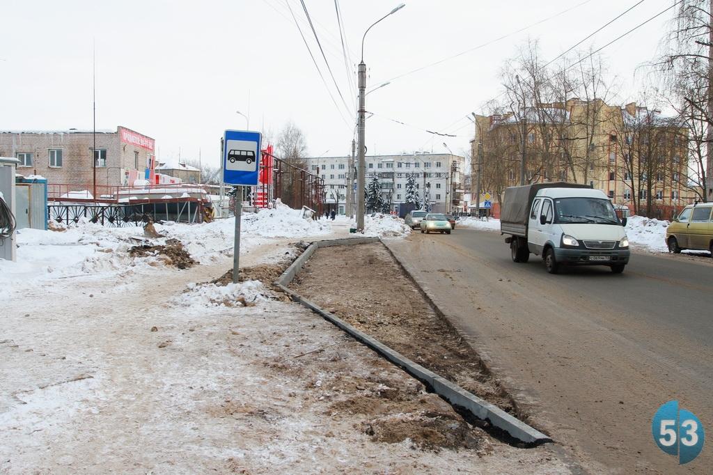 В Великом Новгороде около строящегося супермаркета начали готовить дорожную инфраструктуру.