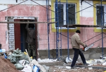 Строители дома для сирот в Боровичах раскопали могильную плиту
