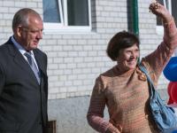 Сергей Митин вручил в Валдае ключи от квартир переселенцам из аварийного жилья