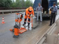 Независимое исследование выяснило: асфальт на отремонтированном виадуке в Боровичах не соответствует ГОСТу