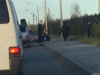 Автомобиль сбил девушку у Новгородской детской областной больницы