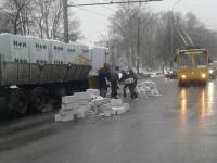 Фотофакт: две полосы Большой Санкт-Петербургской улицы засыпало газобетонными блоками