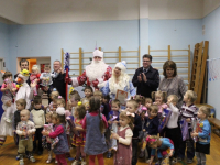 В Великом Новгороде Полицейский Дед Мороз поздравил с праздником воспитанников детского дома