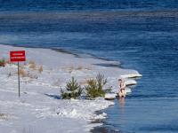 Фотофакт: новгородцы в январе купаются в Волхове там, где нельзя