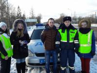ГИБДД и «Студенческий десант» проверили наличие автокресел для детей в машинах на дороге «Великий Новгород – Псков»