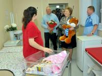 Сергей Митин поздравил Элеонору – первого ребенка, родившегося в Великом Новгороде в 2017-м