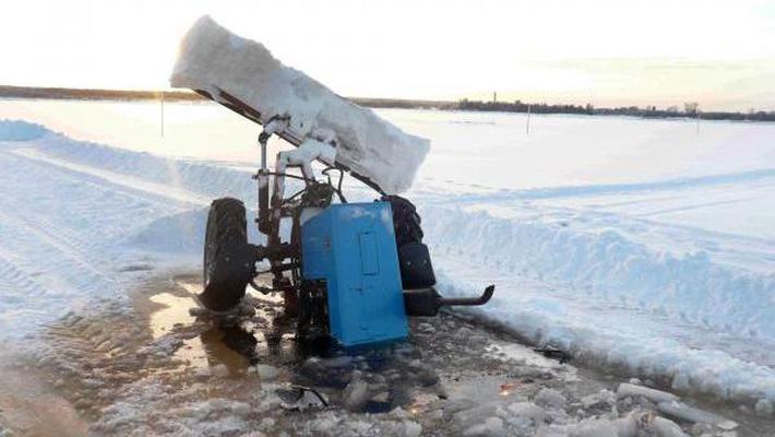 ВВалдайском районе 66-летний рыбак натракторе провалился под лёд