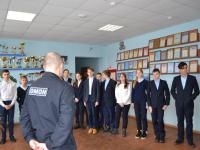 Более 100 новгородских школьников пришли на экскурсию в ОМОН