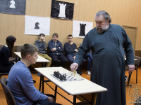 В Валдае благочинный епархиального округа выиграл сеанс одновременной игры в шахматы