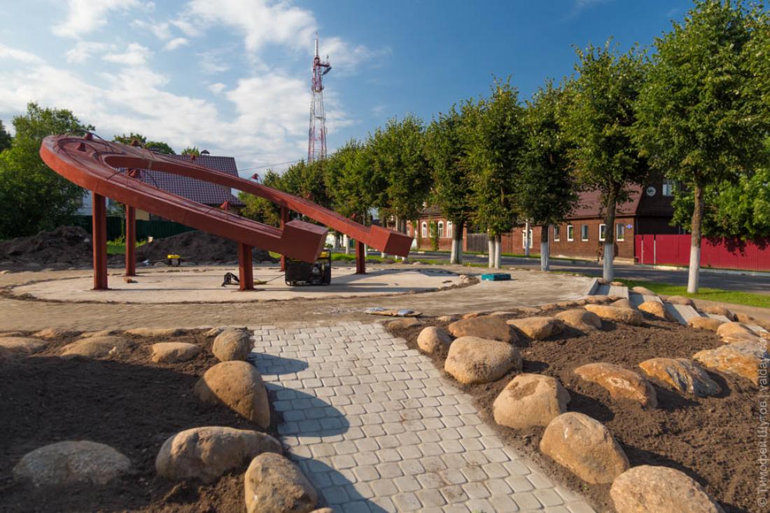 ВВалдае установили монумент ввиде огромной подковы
