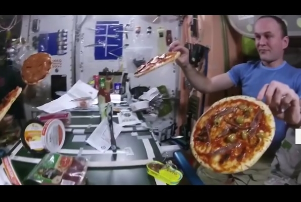Космонавты приготовили пиццу на борту МКС