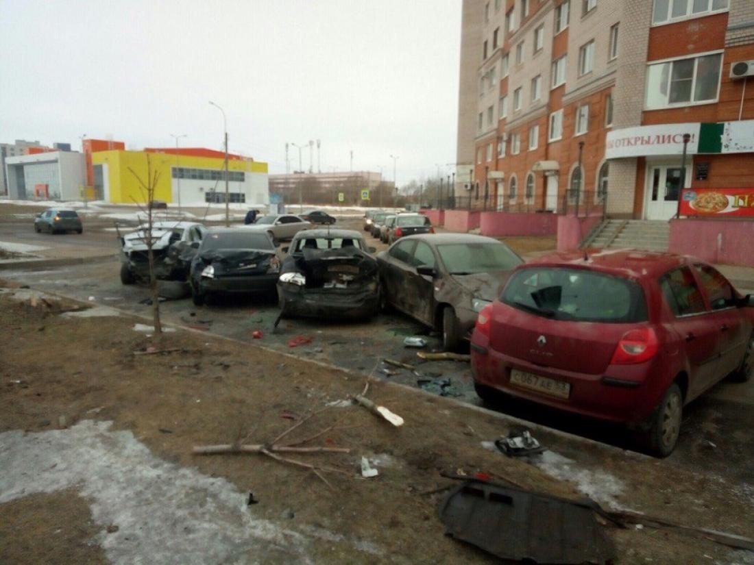 Шкода наПсковской повредила столб ишесть машин— Очевидец