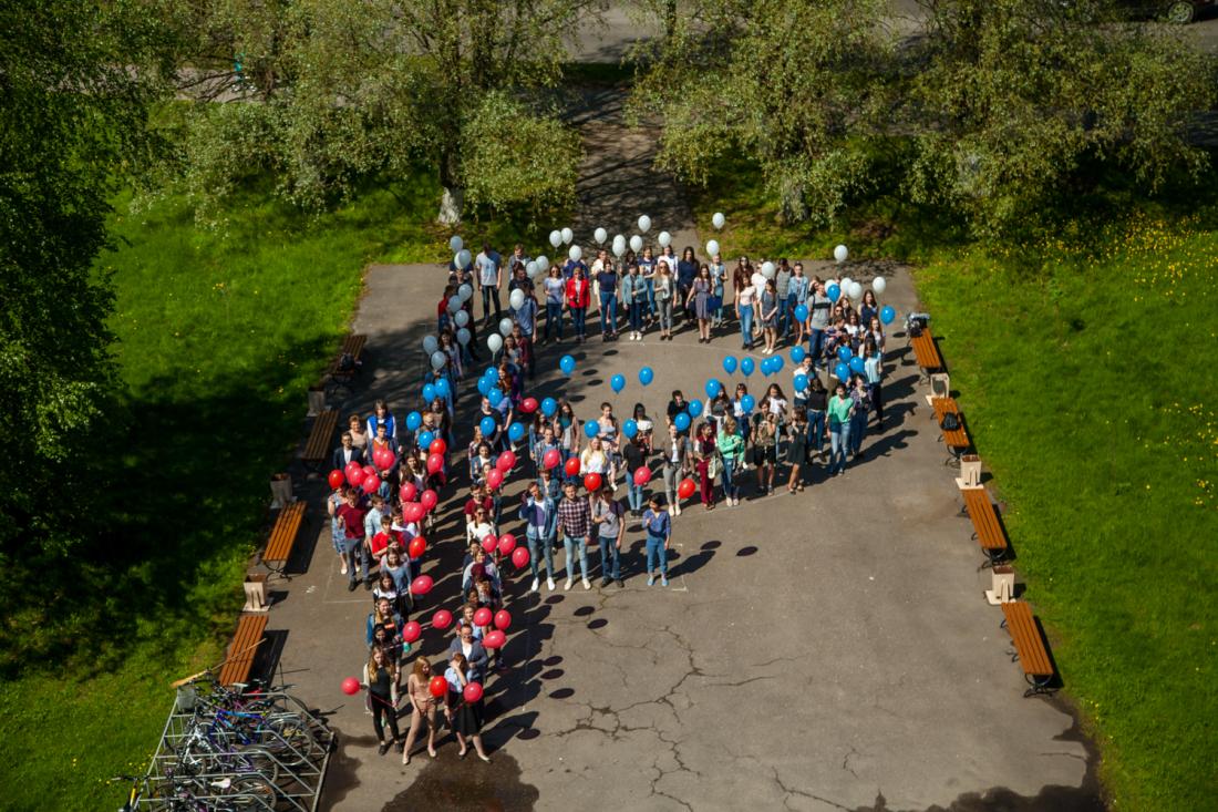 Более 100 студентов НовГУ выстроились в знак рубля