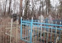 Отец-алиментщик из Великого Новгорода предпочитал гулять с ребёнком по кладбищу