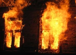 В Шимском районе мужчина, подозреваемый в убийстве, поджёг дом и попытался покончить с собой
