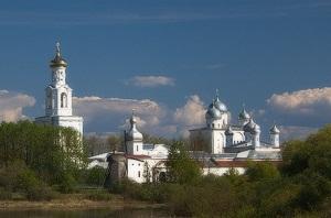 Вандалы поломали качели и скамейки в Юрьеве (Великий Новгород)