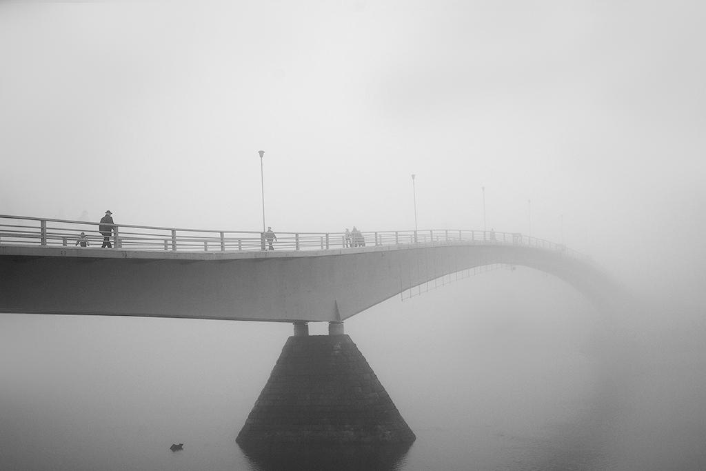 В Великом Новгороде лодка врезалась в пешеходный мост. Есть пострадавшие