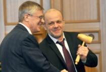 На 20-летие Общественной палате Новгородской области подарили молоток председателя