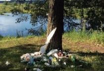 Берег реки Молога обрастает бытовым мусором