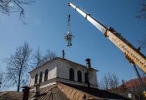 На новгородской церкви у роддома установлен купол с крестом