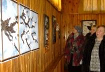 В Хвойной открылась выставка картин из кожи