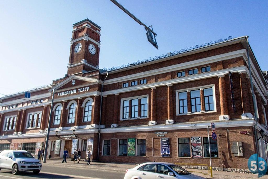 Здание театра — типичная архитектура исторического центра Череповца