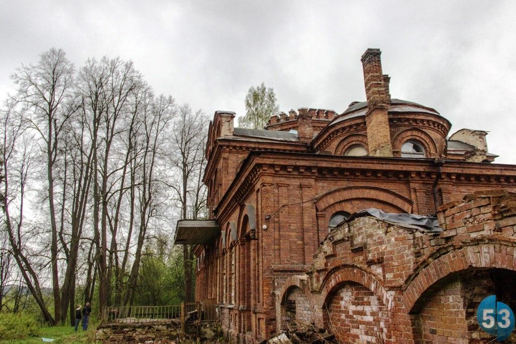 Одно из заброшенных зданий в Кулотино — бывшая церковь, переделанная в дворец