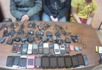 Три товарища пытались перебросить на территорию Парфинской колонии 23 телефона