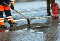 Фоторепортаж: «технологии» зимнего ремонта дорог в Великом Новгороде