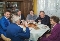 Ветерана войны Евгения Ивановича Цветкова посетили Сергей Митин и Елена Писарева