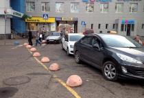 Таксисты у новгородской «Волны» продолжают парковаться на «зебре»